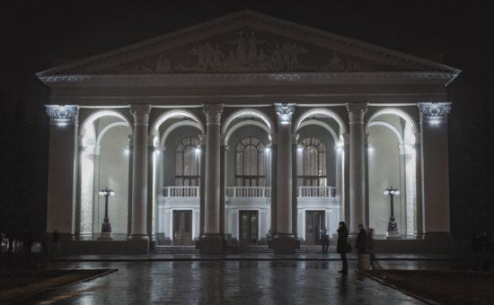 Театр Гоголя ночью